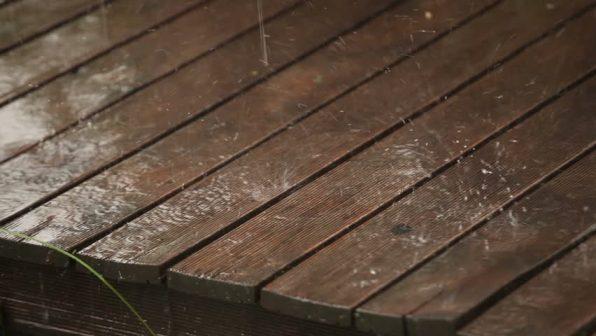 lantai kayu terguyur hujan